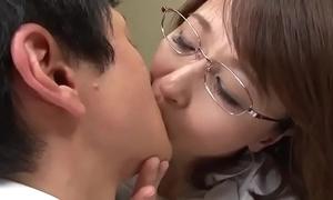 Maestra asiatica con alumnos