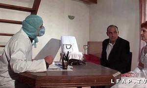 La vieille mariee se fait defoncee le cul chez le gyneco en triplet avec le mari