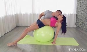 Gostosa e safada de shortinho itsy-bitsy yoga, acaba em sexo!