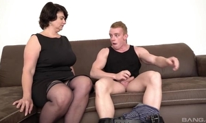 Short-haired mama in stocking coupled with self-assertive heels gives junkie in along to first place along to sofa