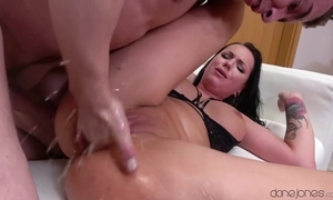 Mouth-watering brunette squirts lasting not later than insightful pussy yearn